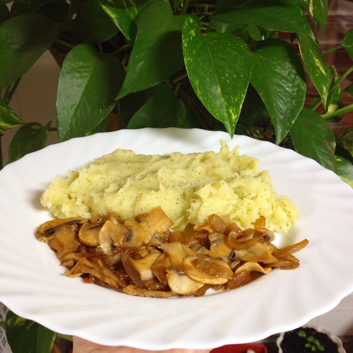 Puré de patata con salteado de cebolla y champiñones
